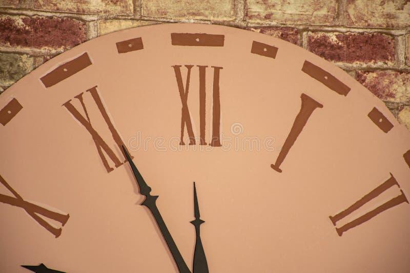 Parte di grande orologio dell'orologio sulla parete Le frecce indicano il periodo dell'approccio del nuovo anno immagini stock libere da diritti