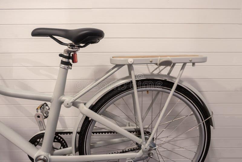 Download Parte Di Immagine Della Bicicletta D'annata Con La S Di Cuoio E Di Legno Immagine Stock - Immagine di ferro, decorato: 117975299