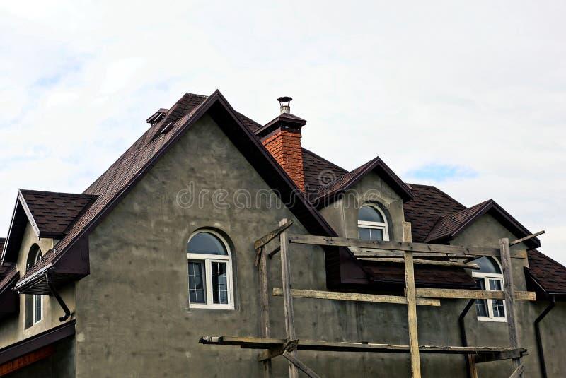 Parte di nuova casa non finita grigia contro il cielo immagine stock libera da diritti
