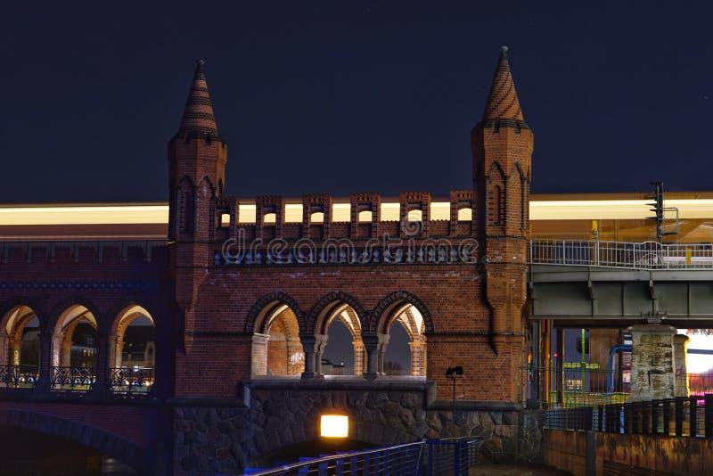 Parte di Oberbaumbruecke a Berlino di notte fotografia stock libera da diritti