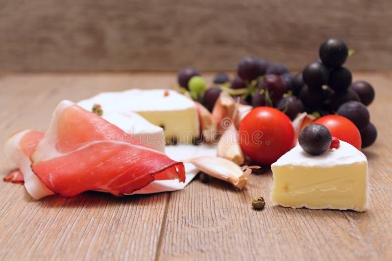 Parte di prosciutto e di verdura del camembert fotografie stock