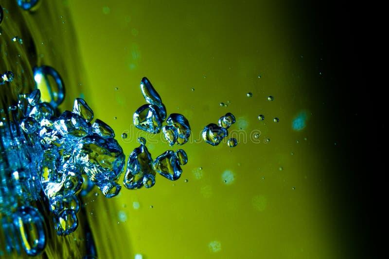Parte di sinistra che fa pendere la bolla dell'acqua blu fotografia stock libera da diritti