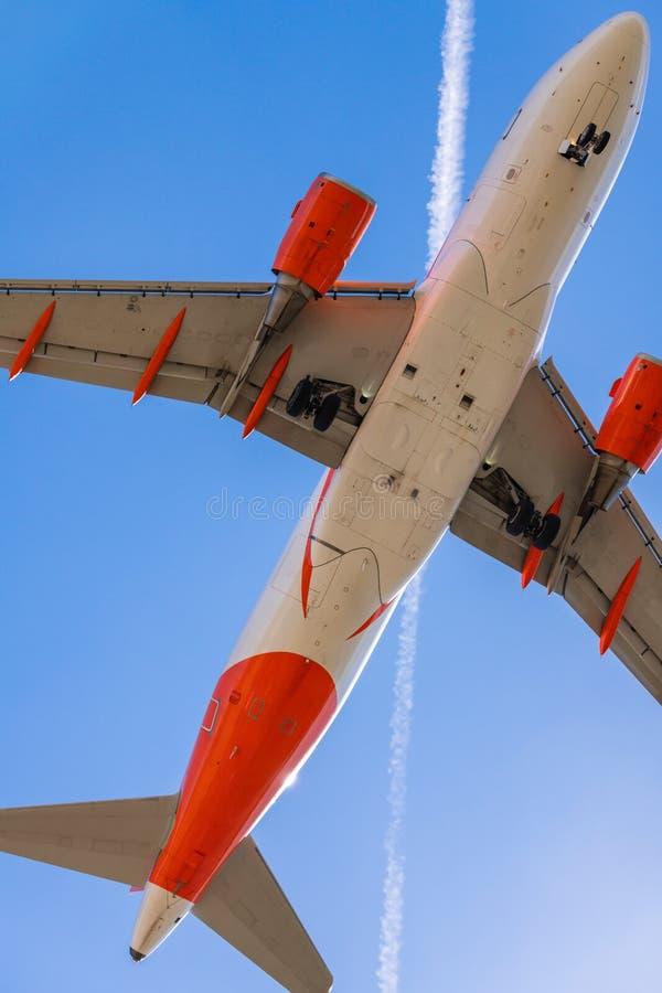 Parte di sotto di un aereo d'atterraggio fotografie stock