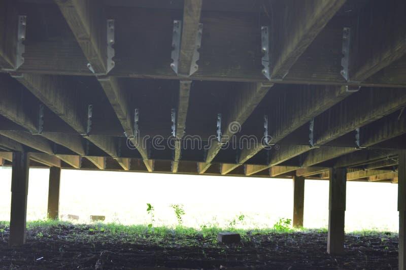 Parte di sotto di una piattaforma di legno immagini stock
