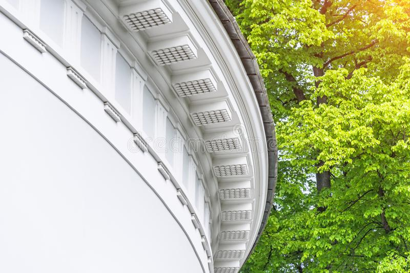 Parte di una costruzione rotonda con lo stucco sotto il tetto nel parco immagini stock