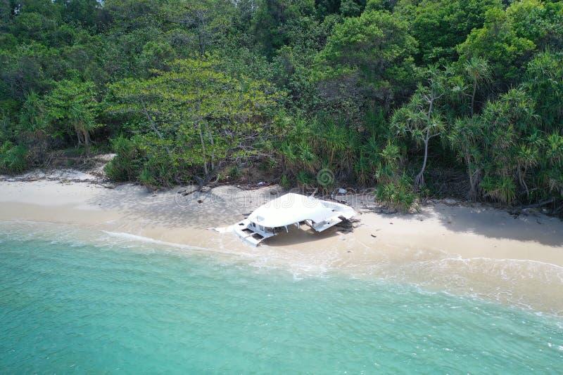Parte di vista aerea della barca distrutta sulla bella spiaggia tropicale fotografia stock