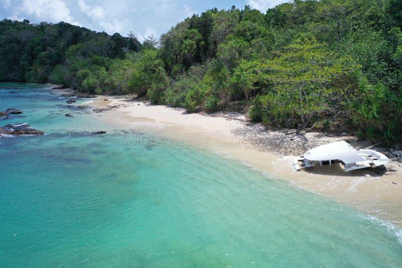 Parte di vista aerea della barca distrutta sulla bella spiaggia tropicale immagine stock