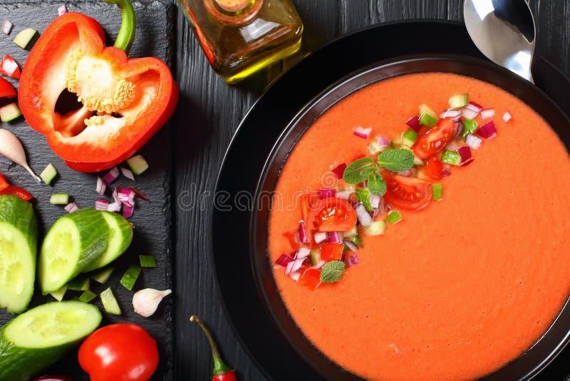 Parte di zuppa di verdure fredda in una ciotola nera fotografie stock libere da diritti
