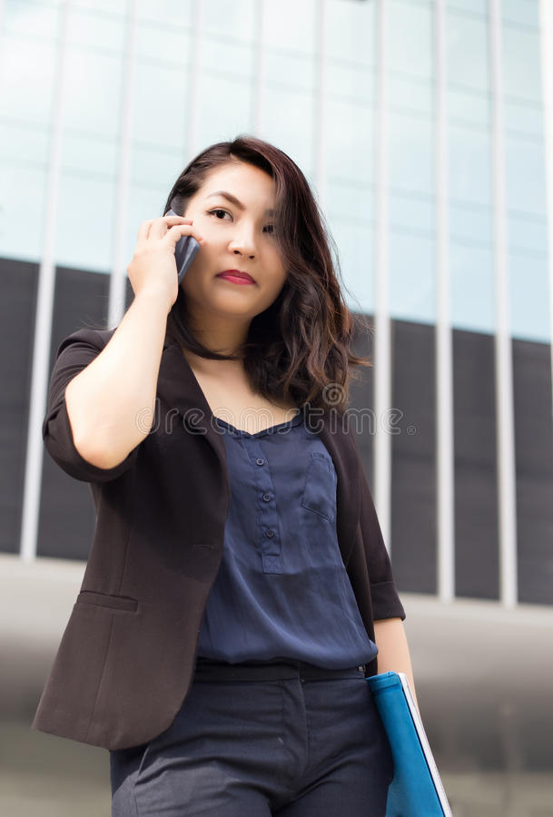 Parte dianteira asiática da senhora do negócio da construção alta imagens de stock royalty free
