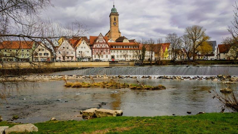 Parte dianteira bonita do rio de Nurtingen, Alemanha foto de stock