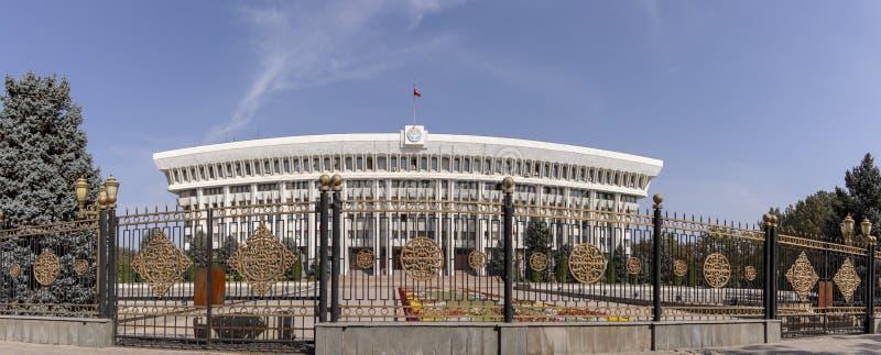Parte dianteira da casa branca, Bishkek, Quirguizistão fotos de stock