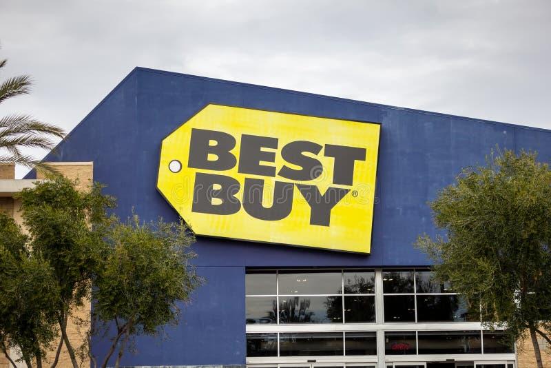 Parte dianteira da construção de Best Buy imagens de stock