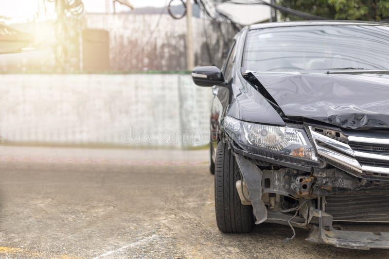 A parte dianteira da danificada grande do carro preto e quebrada acidentalmente no estacionamento da estrada não pode conduzir ma imagem de stock royalty free