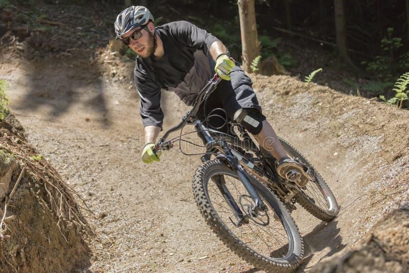 Parte dianteira da inclinação da gravidade do cavaleiro do Mountain bike fotografia de stock royalty free