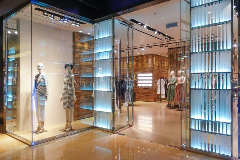 Parte dianteira da loja de roupa da janela da loja da forma da senhora na construção comercial imagem de stock royalty free