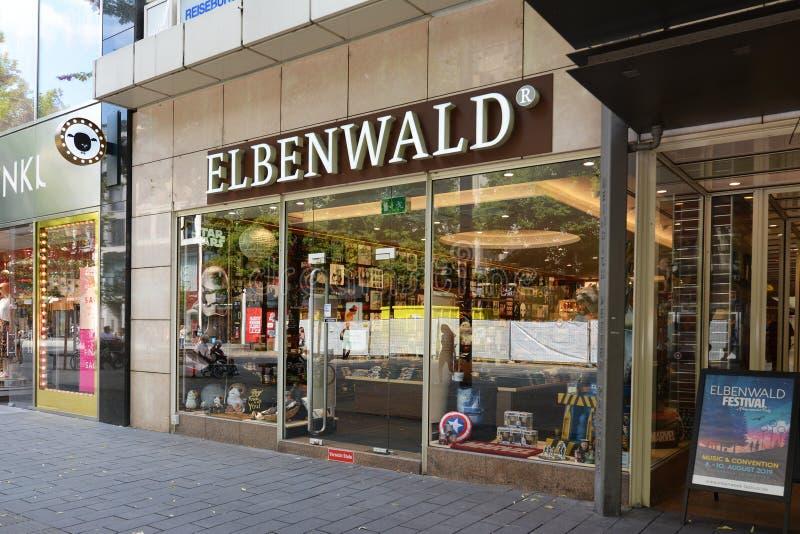 A parte dianteira da loja da mercadoria do lerdo e do fã chamou 'Elbenwald 'no centro da cidade de Mannheim imagens de stock royalty free