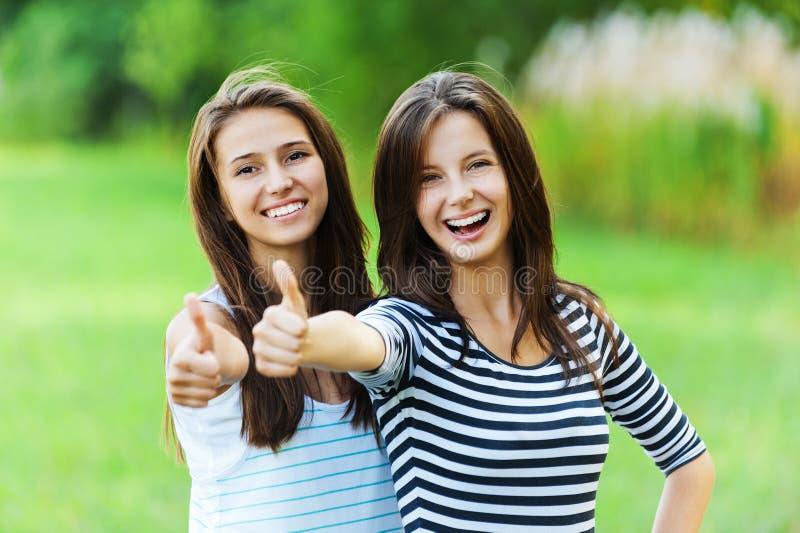 Parte dianteira da mão de dois sorrisos das mulheres foto de stock