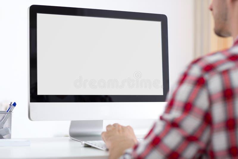 Parte dianteira da pessoa do monitor do computador
