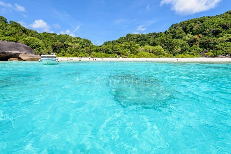 Parte dianteira da praia da baía nas ilhas de Similan em Tailândia foto de stock