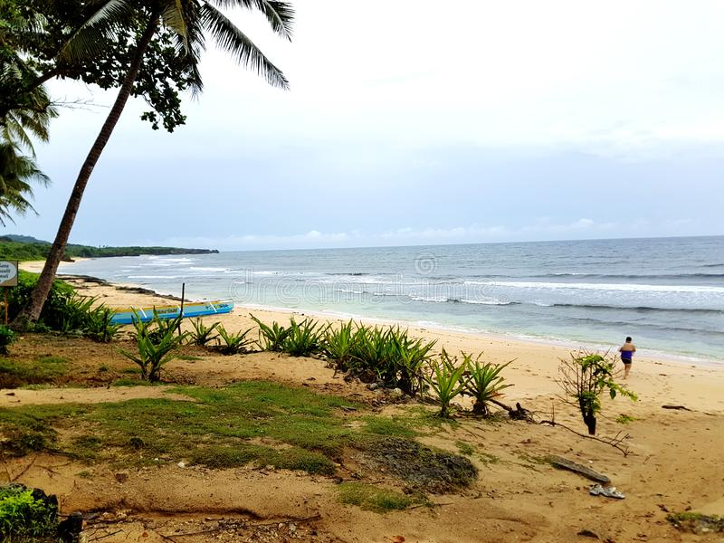 Parte dianteira da praia em Bolinao Pangasinan Filipinas foto de stock