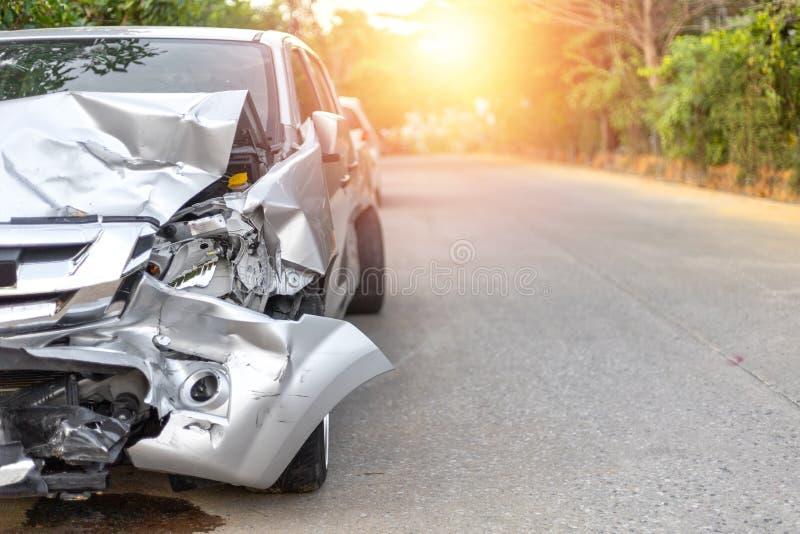 Parte dianteira de claro - o carro cinzento da cor com picareta tem acima danificada grande e quebrado acidentalmente na estrada  fotografia de stock