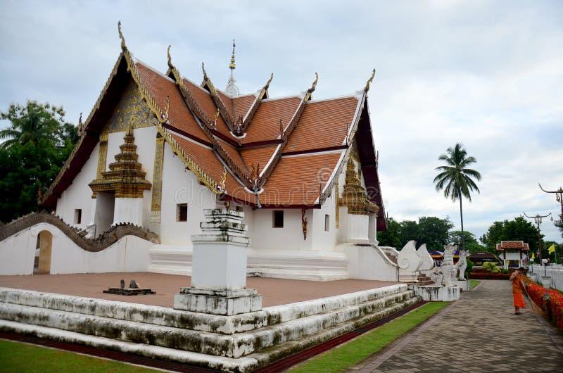 Parte dianteira de limpeza da varredura do uso da monge do principiante de Ubosot t Wat Phu Mintr o imagens de stock
