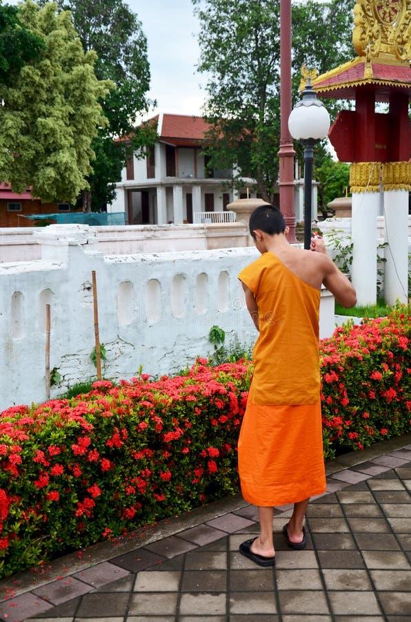 Parte dianteira de limpeza da varredura do uso da monge do principiante de Ubosot t Wat Phu Mintr o imagens de stock royalty free