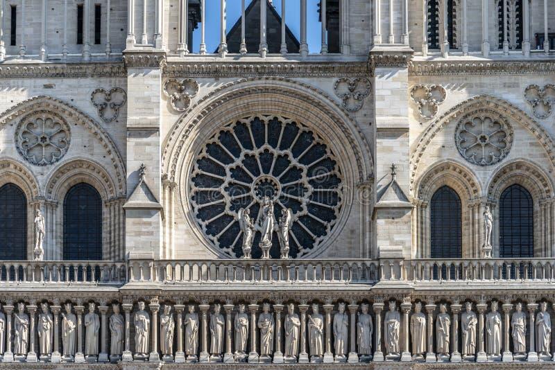 Parte dianteira de Notre Dame com janela cor-de-rosa imagens de stock