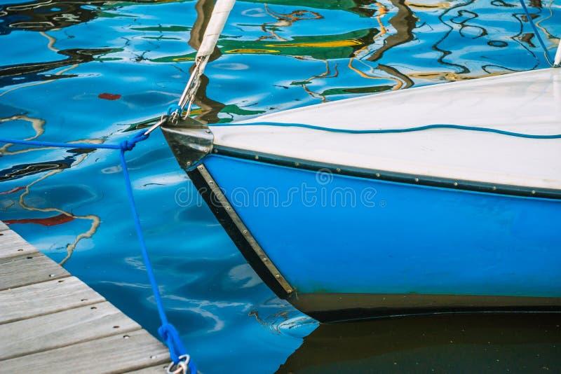 Parte dianteira de um barco de navigação no lago Alster em Hamburgo fotografia de stock