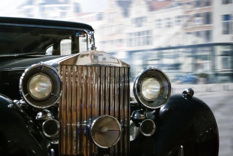 parte dianteira de um carro luxuoso retro preto em um fundo borrado foto de stock