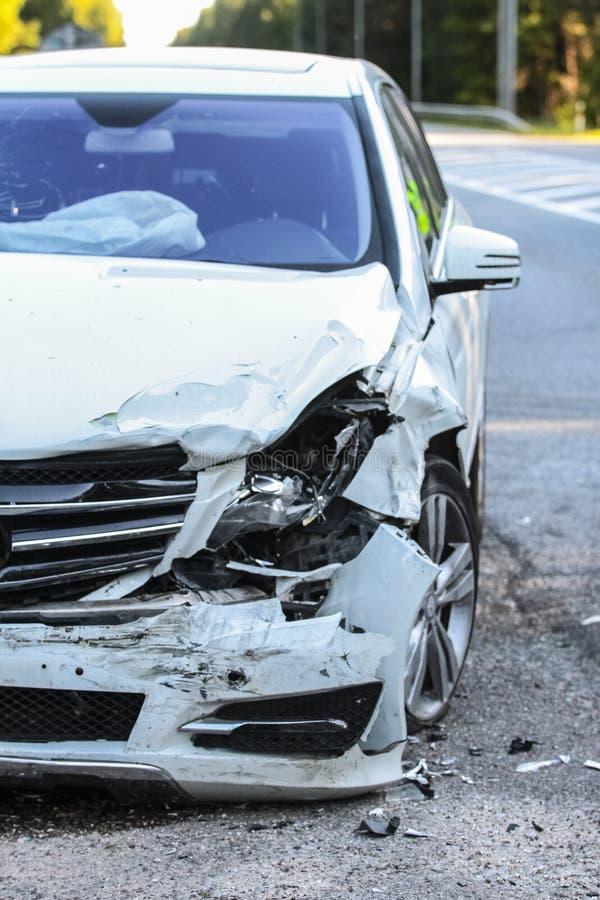 A parte dianteira de um carro obtém danificada pelo acidente do impacto foto de stock royalty free