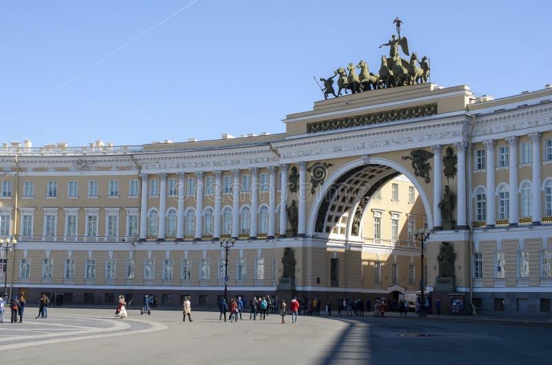 A parte dianteira do arco triunfal no quadrado do palácio dentro foto de stock royalty free