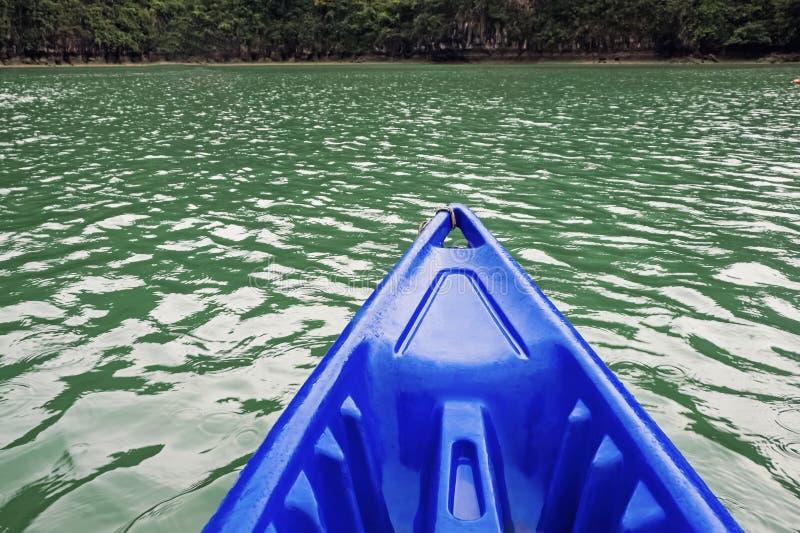 Parte dianteira do caiaque na água calma imagens de stock royalty free