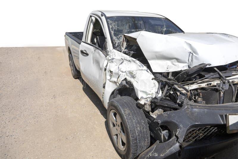 A parte dianteira do carro branco da cor com a picareta acima danificada e quebrada acidentalmente no estacionamento da estrada n imagem de stock