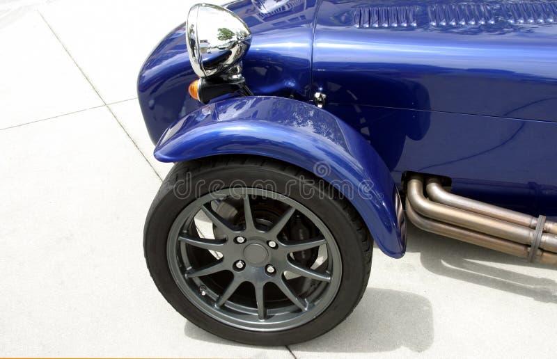 Parte dianteira do carro de esportes feito sob encomenda exótico azul imagens de stock