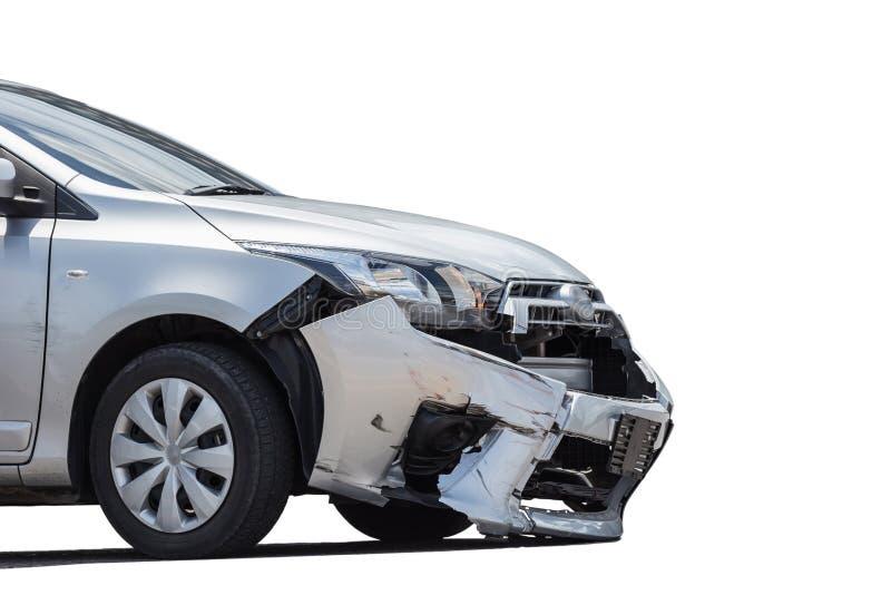 A parte dianteira do carro de prata obtém danificada pelo acidente do impacto na estrada Mim imagens de stock royalty free
