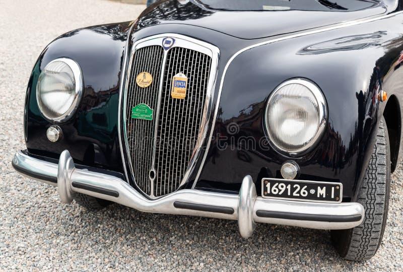 A parte dianteira do carro italiano Lancia Aurelia do vintage preto, B10 modelo, feito em Itália em 1951 imagens de stock