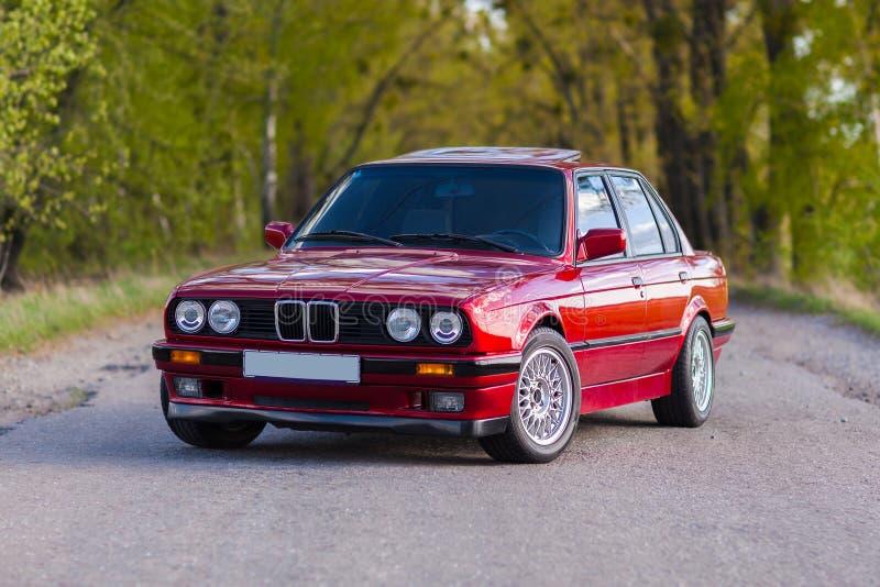 A parte dianteira do carro velho, vermelho, alemão que está na floresta foto de stock