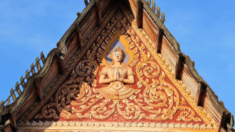 Parte dianteira do detalhe do telhado do templo de folhas e de deidade da trepadeira fotos de stock royalty free