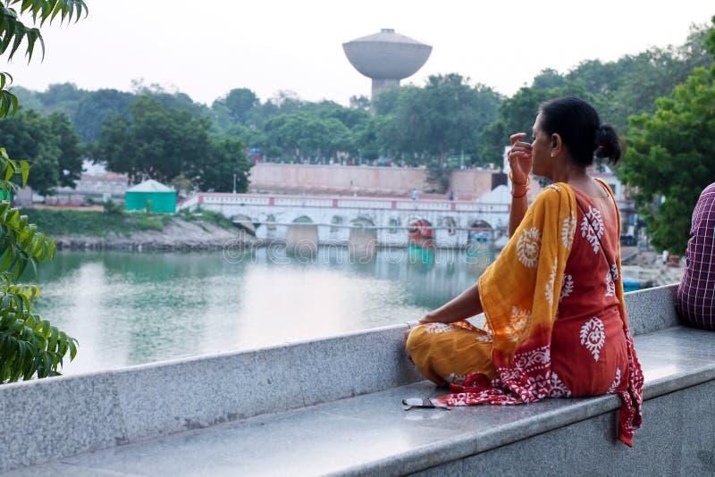 Parte dianteira do lago Kankaria da ioga da manhã - Índia imagens de stock royalty free