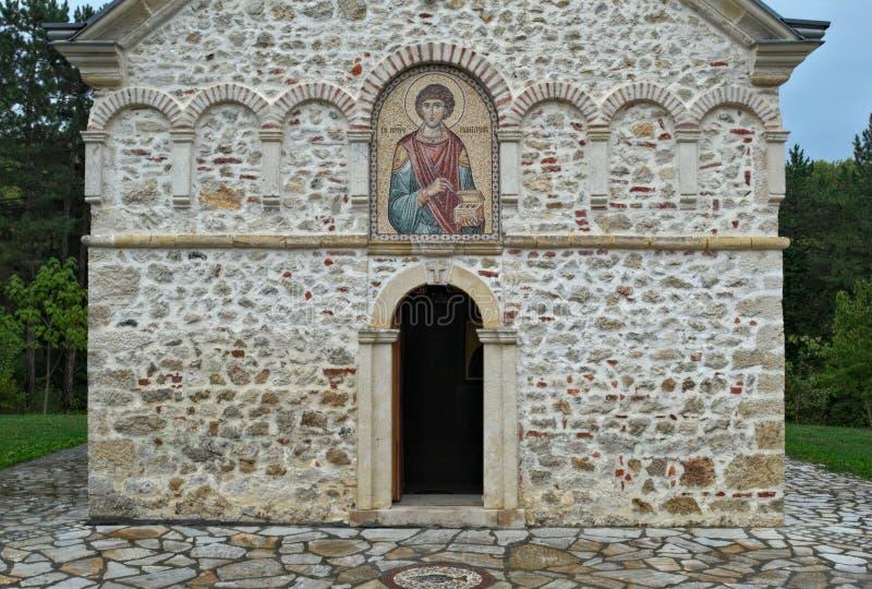 Parte dianteira do monastério de pedra principal Staro Hopovo da igreja na Sérvia imagens de stock
