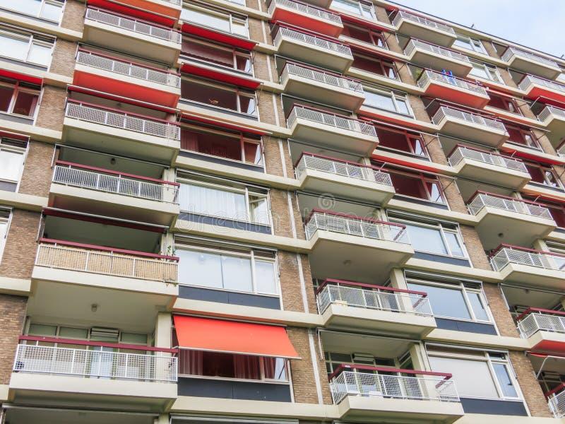 Parte dianteira do prédio de apartamentos imagem de stock