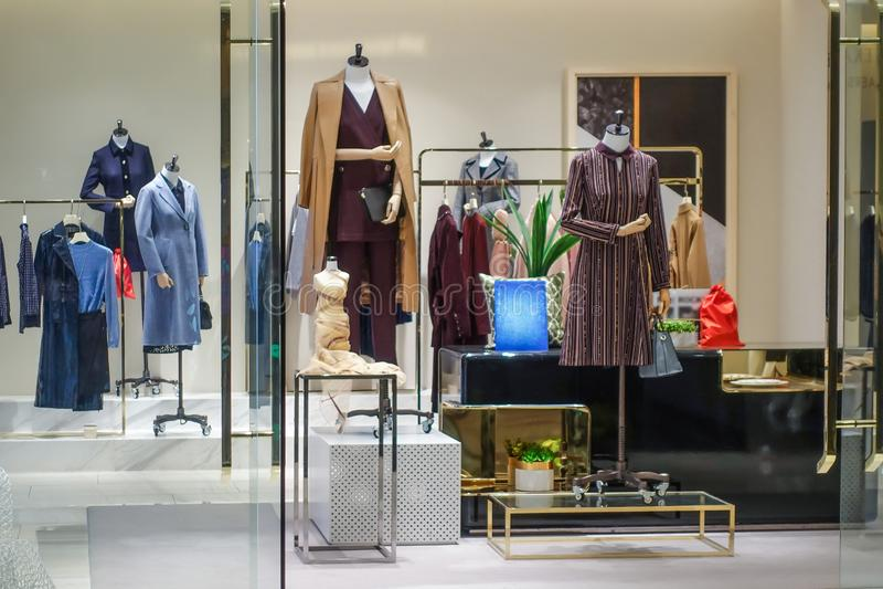 parte dianteira interna da loja da roupa do inverno fotos de stock royalty free