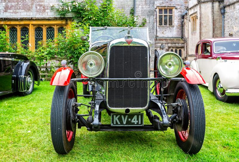 Parte dianteira luxuosa vermelha & preta do carro de esportes do vintage de Alvis sobre fotos de stock royalty free
