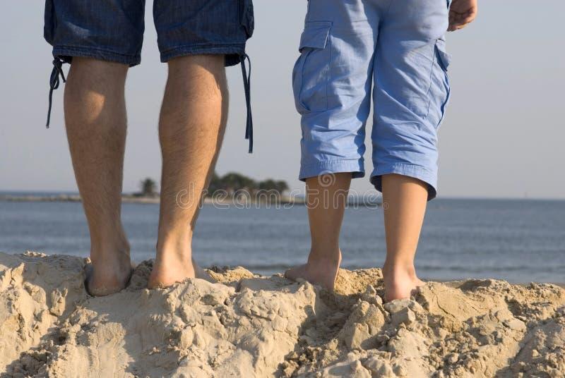 Parte dianteira masculina dos pés de uma praia fotos de stock royalty free