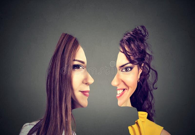 Parte dianteira surrealista do retrato com perfil cortado de duas mulheres fotografia de stock