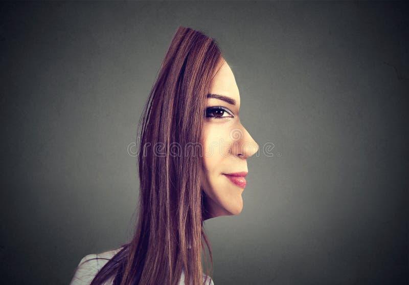 Parte dianteira surrealista do retrato com perfil cortado de uma mulher foto de stock