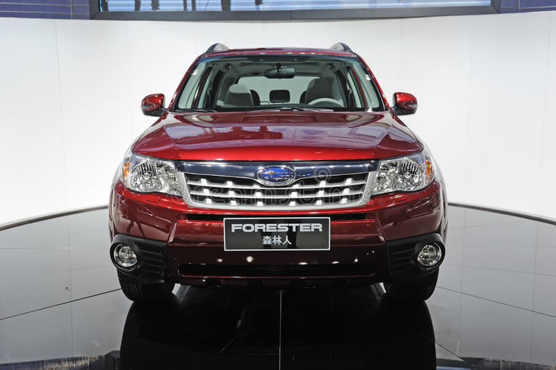 Parte dianteira vermelha do suv do Forester de Subaru imagem de stock