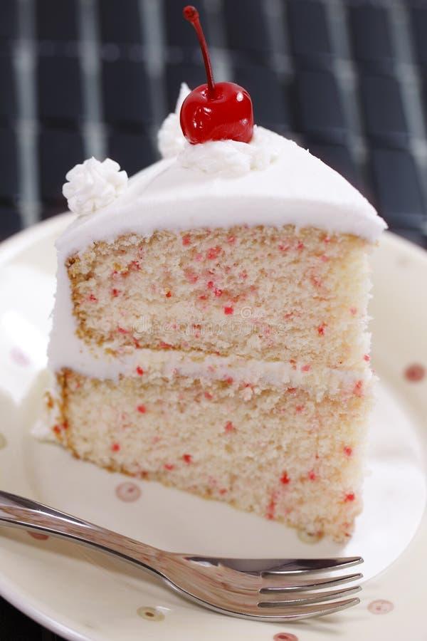 Parte do bolo da cereja da baunilha fotografia de stock royalty free