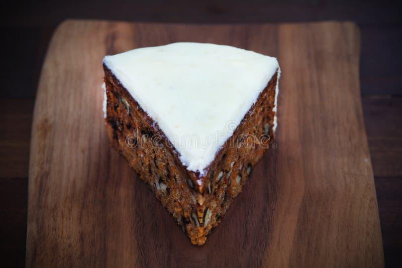 Parte do bolo de cenoura com nozes e crosta de gelo do queijo creme imagem de stock